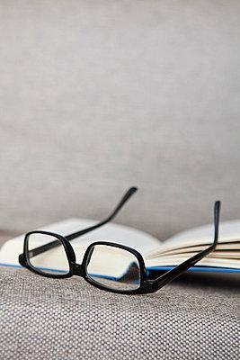 Buch und Brille auf dem Sofa - p4540860 von Lubitz + Dorner