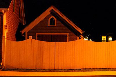 Zaun aus Holz und Garage - p9790741 von Bornkessel