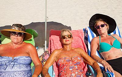 Drei Frauen machen zusammen Urlaub - p045m1423844 von Jasmin Sander