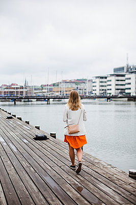 Woman walking at water - p312m2139304 by Anna Johnsson