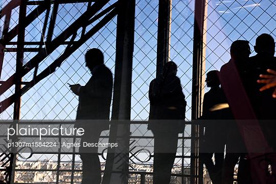 Silhouetten von Personen auf dem Eiffelturm - p1307m1584224 von Agnès Deschamps