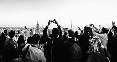 Group of tourist on the roof of Rockefeller Center. Empire state building im Hintergrund - p1053m2172610 von Joern Rynio
