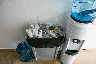 Rubbish bin with plastic waste - p1082m1538972 by Daniel Allan
