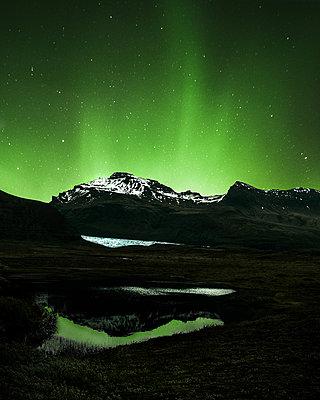 Island, Aurora borealis - p1549m2158031 von Sam Green