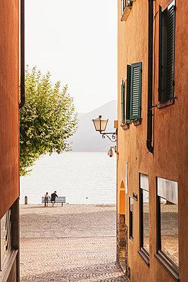 Switzerland, Ticino, Lago Maggiore, Ascona, people relaxing at lakeside promenade - p300m1568060 von Gaby Wojciech