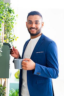 Arab businessman in the office or creative studio - p300m2274687 von Giorgio Fochesato