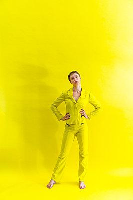 Frau in gelbem Outfit - p427m2108681 von Ralf Mohr
