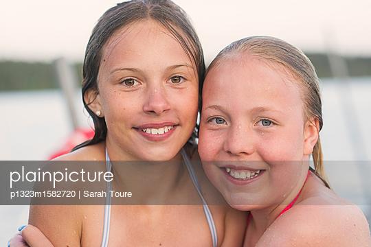 portrait of two girls with wet hair - p1323m1582720 von Sarah Toure