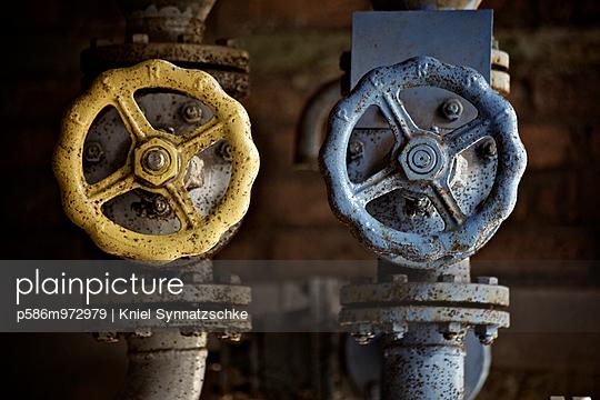 Zwei verrostete Ventilräder, Nahaufnahme - p586m972979 von Kniel Synnatzschke