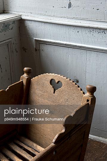 Leere Wiege - p949m948554 von Frauke Schumann