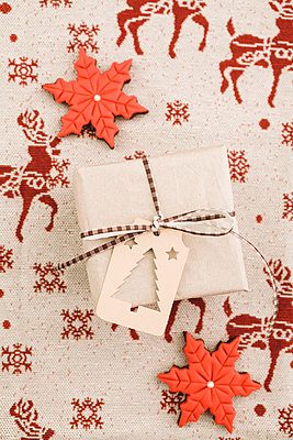 Christmas gift with gift tag and cookies - p300m884980f by Elisabeth Cölfen
