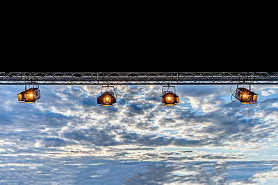 Stage spotlights in front of the evening sky - p401m2207513 by Frank Baquet