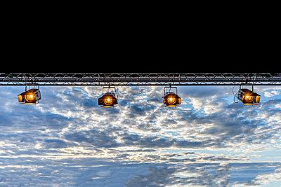 Bühnenscheinwerfer vor Abendhimmel - p401m2207513 von Frank Baquet