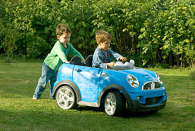 Boy driving an electric car - p681m903881 by Sandrine Léon
