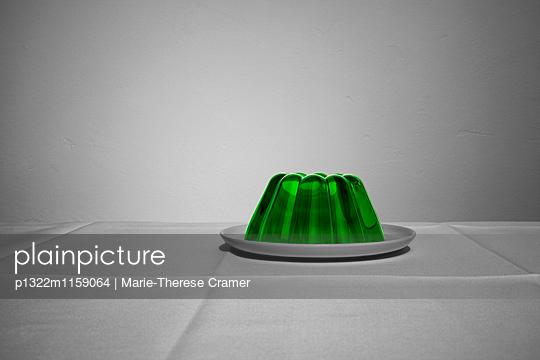 Ein grüner Wackelpudding auf einem Teller - p1322m1159064 von Marie-Therese Cramer
