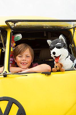 Junge mit Stofftier im VW Bus - p045m1462263 von Jasmin Sander