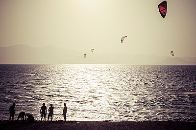 Greece, Cyclades, Naxos, Mikri Vigla, Orkos Beach with kite and windsurfer at sunset - p300m948949 by Kristian Peetz