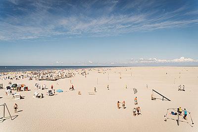 Überfüllter Strand in St. Peter-Ording - p432m2205627 von mia takahara