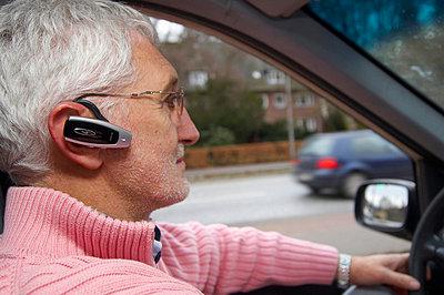 Taxifahrer mit bluetooth Headset  - p6430241f von senior images RF
