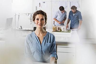 Kollegen arbeiten im Großraumbüro - p788m1195270 von Lisa Krechting