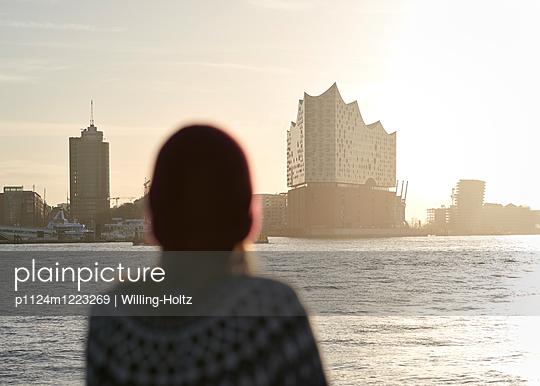 Blick auf die Elbphilharmonie - p1124m1223269 von Willing-Holtz