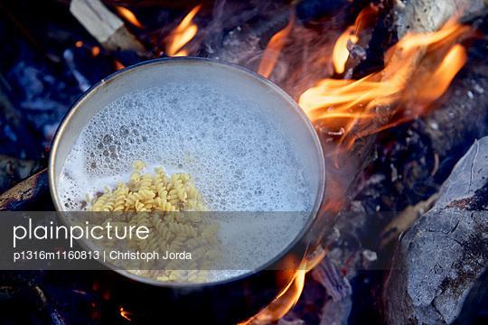 Nudeln kochen über einem Lagerfeuer, Fernwanderweg Lykischer Weg, Antalya, Türkei - p1316m1160813 von Christoph Jorda