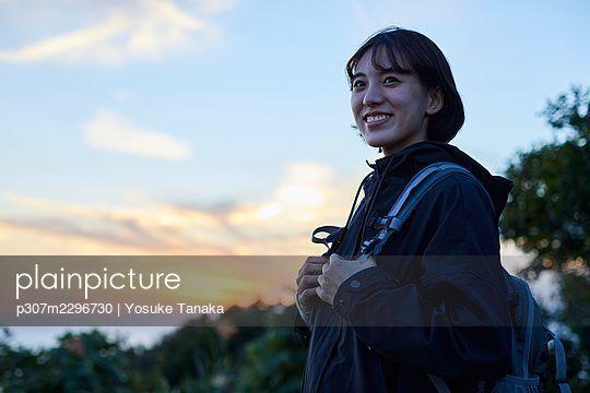 Japanese woman hiking - p307m2296730 by Yosuke Tanaka