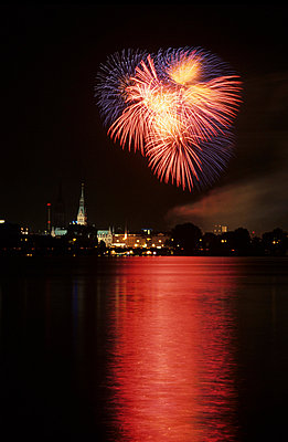 Fireworks - p0671087 by Thomas Grimm