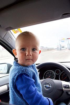 Kind am Steuer - p606m1217627 von Iris Friedrich