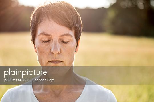Frau mit geschlossenen Augen - p552m1146856 von Leander Hopf
