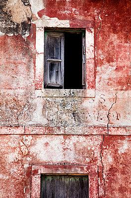 Abandoned House - p1256m2098981 by Sandra Jordan