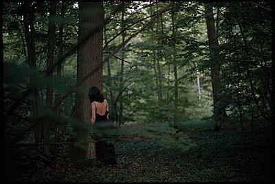 Frau im Wald - p1321m1149795 von Gordon Spooner