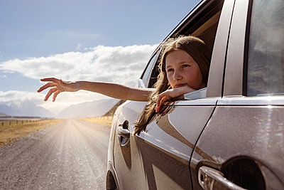 Woman waving from car - p312m1495869 by Hans Berggren