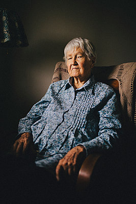 Older mixed race woman sitting in armchair - p555m1408717 by Shestock
