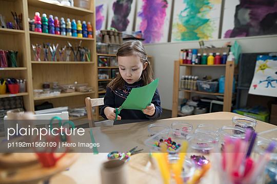 plainpicture - plainpicture p1192m1560109 - Preschool girl cutting cons... - plainpicture/Hero Images