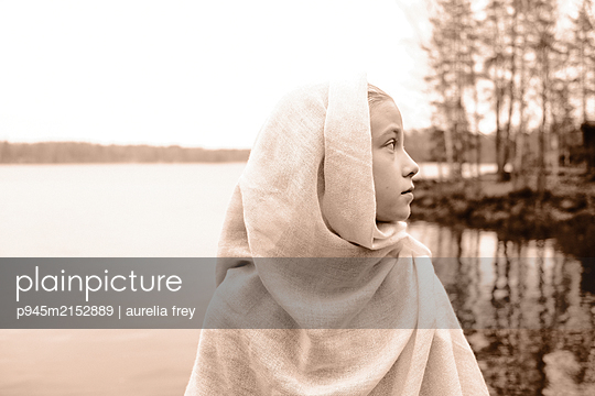 Girl at the lake, portrait - p945m2152889 by aurelia frey