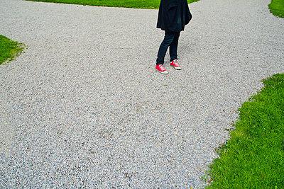 Woman chosing what direction to go - p1418m1591305 by Jan Håkan Dahlström