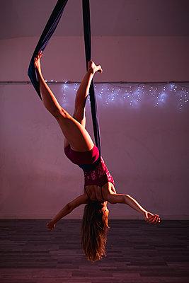 Aerial silks performer during a performance - p300m2023556 von Mauro Grigollo