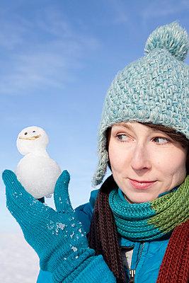 Woman holding a little snowman - p4541182 by Lubitz + Dorner
