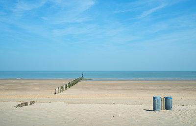 Waste bins and breakwater on beach, Cadzand, Zeeland, Netherlands, Europe - p924m1480600 by Mischa Keijser