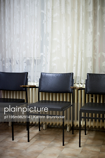 Stühle vor Gardine - p1195m982914 von Kathrin Brunnhofer