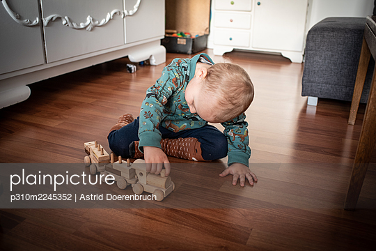 Absorbed in play - p310m2245352 by Astrid Doerenbruch