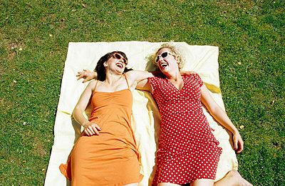 Freundinnen im Park - p0451432 von Jasmin Sander