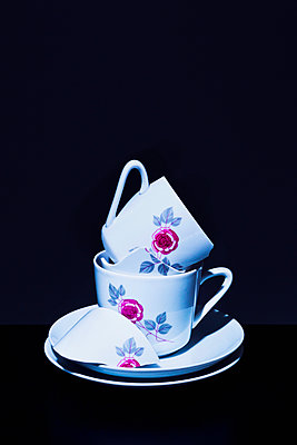 Stack of coffee cups - p1149m2027703 by Yvonne Röder
