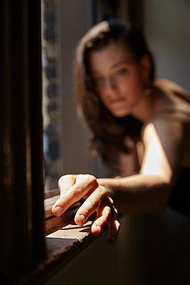 Frau am Fenster - p1446m1526183 von annaazarov