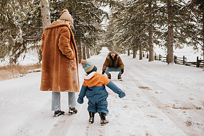 Canada, Ontario, Parents with baby boy (12-17 months) going on winter walk - p924m2271203 by Sara Monika
