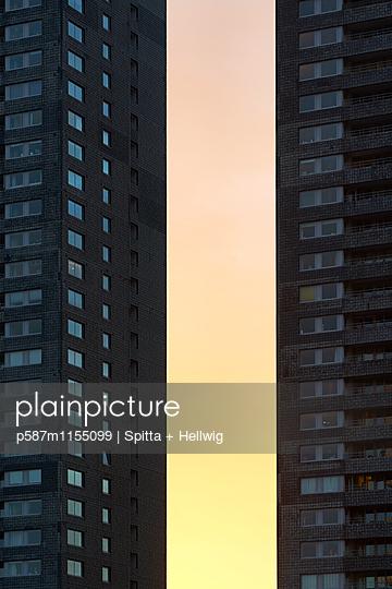 Wohnblock in der Abenddämmerung - p587m1155099 von Spitta + Hellwig