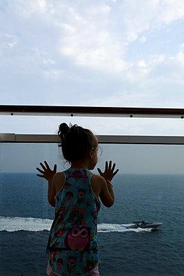 Cruise ship, Little girl - p1105m2125115 by Virginie Plauchut