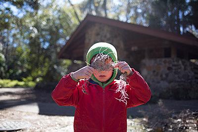 Junge an der Waldhütte - p1308m2065279 von felice douglas