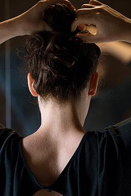 Rückansicht junge Frau vor Spiegel - p1396m2093343 von Hartmann + Beese
